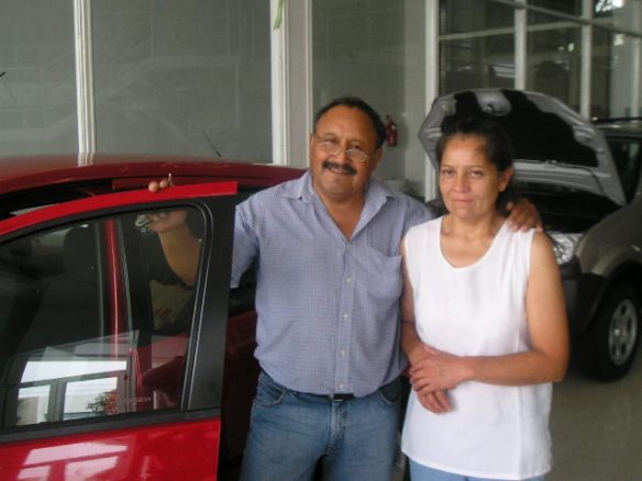 Angel Reuque y su Sra retirando su Ford Fiesta 0Km
