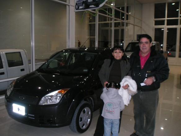 Adolfo Saiff y Sra. retirando un Ford Fiesta ambiente.