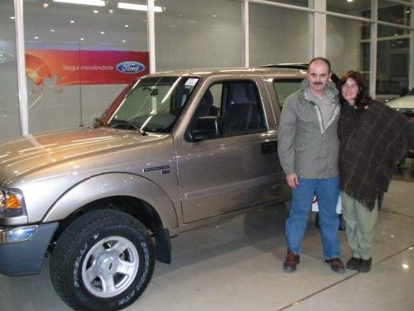 La Familia Tuells retirando su Ford Ranger xlt.