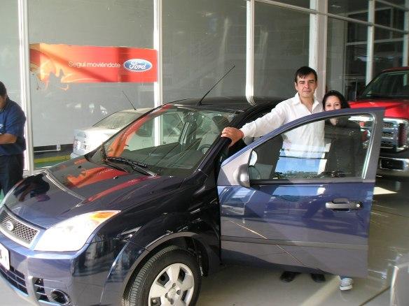 Esteban Kleim y su esposa con su Fiesta Max ambiente