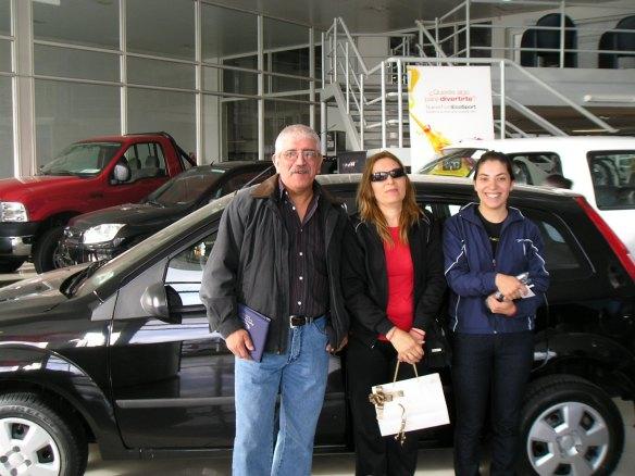 El Sr Julio Torres, su esposa e hija, con su Fiesta 5p