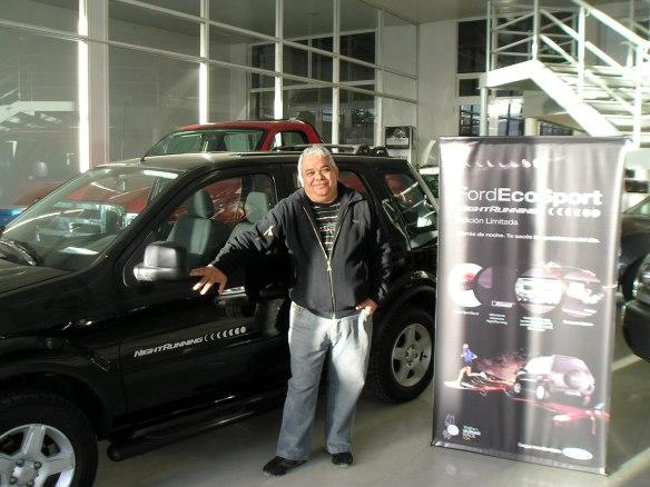 Anibal Panguie retirando una de las 400 Ecosport Night runnig edicion limitada