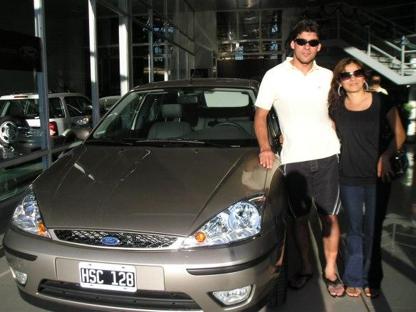 Gustavo Villegas y su esposa Sandra retirando su Focus ghia 4p