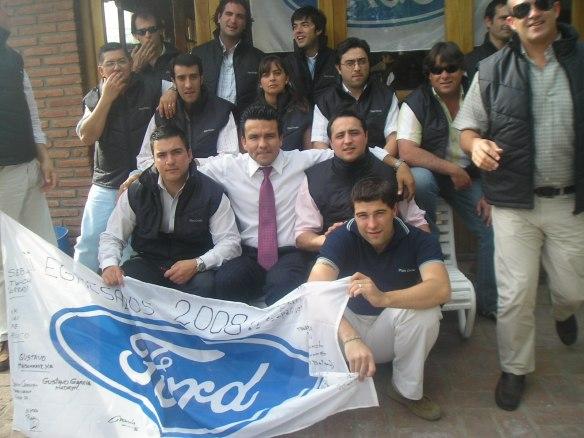 El consultor Nicolás Toledo y vendedores participantes del curso