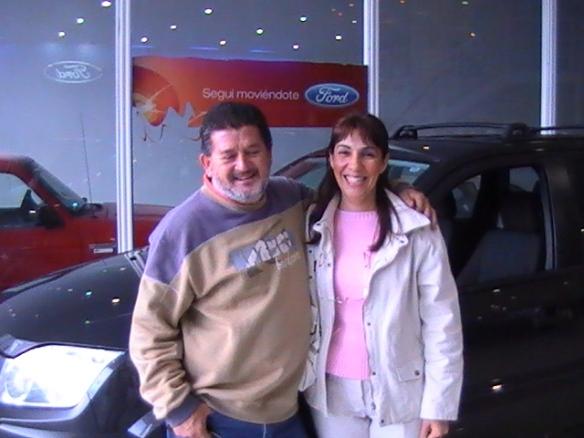 Ricardo Masseroni y su esposa, retirando su Ecosport. Felicitaciones amigos!