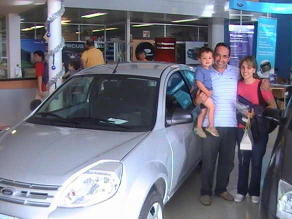 Carolina Tejada, su esposo e hijo con su Ford Ka Fly plus 0 Km