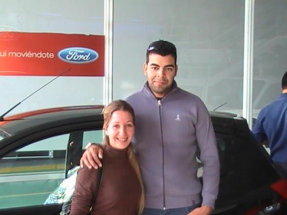 Leonardo Manrique y Romina retirando su Ford Ka Fly plus 0Km