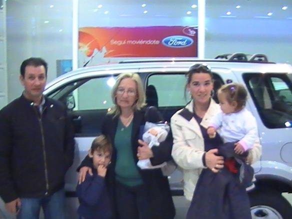 Juan Carlos Araneda Aravena ,su esposa Maria del Carmen y su flia retirando su nueva Ecosport