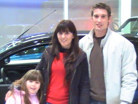 Maria Belen Fanjul, su esposo Juan Pablo Diaz y su hijita Sol retirando su Ford Ka oKm