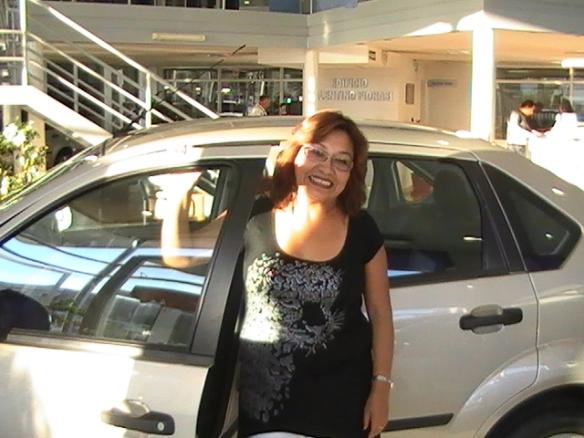 Luly retirando su Ford Fiesta max de su esposo Sergey Ponomarev